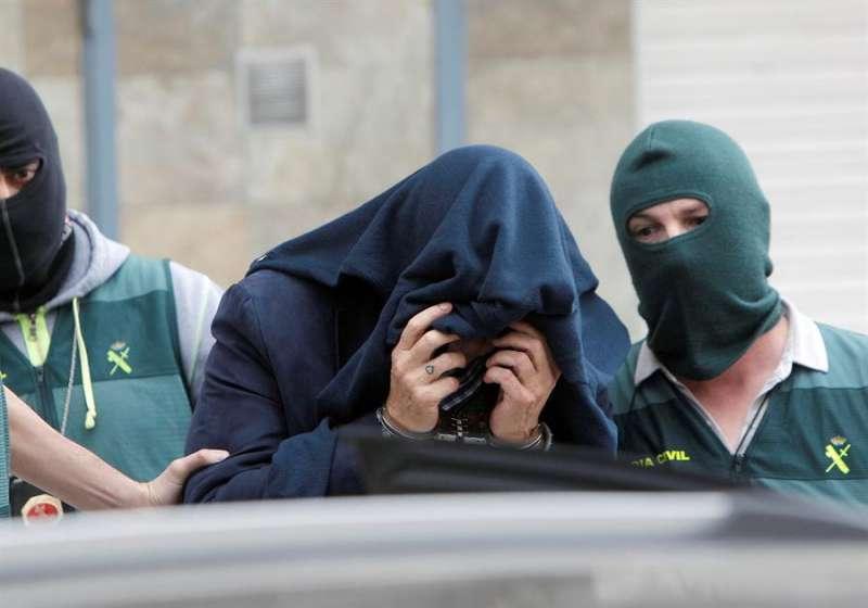 Agentes de la Policía Judicial de la Guardia Civil escoltan al detenido. EFE/MORELL
