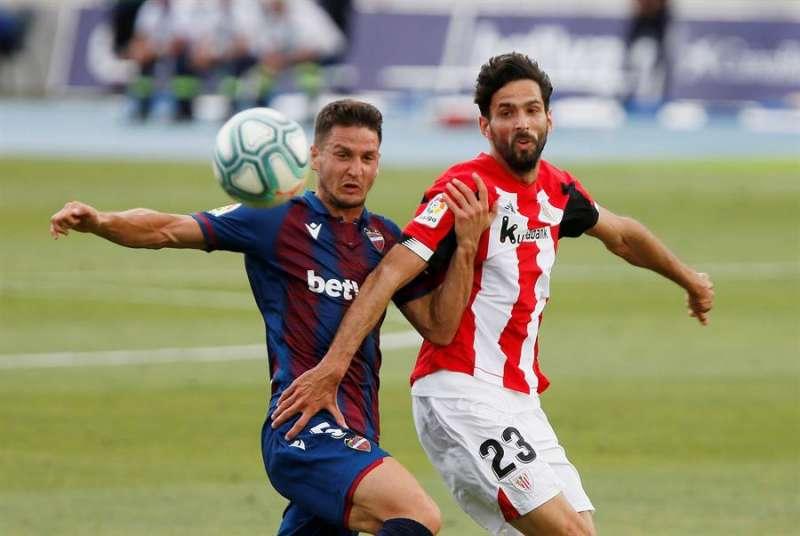 El centrocampista serbio del Levante Nemanja Radoja (i) disputa un balón frente al delantero hispano-bosnio del Athletic Kenan Kodro (d). EFE/Manuel Lorenzo