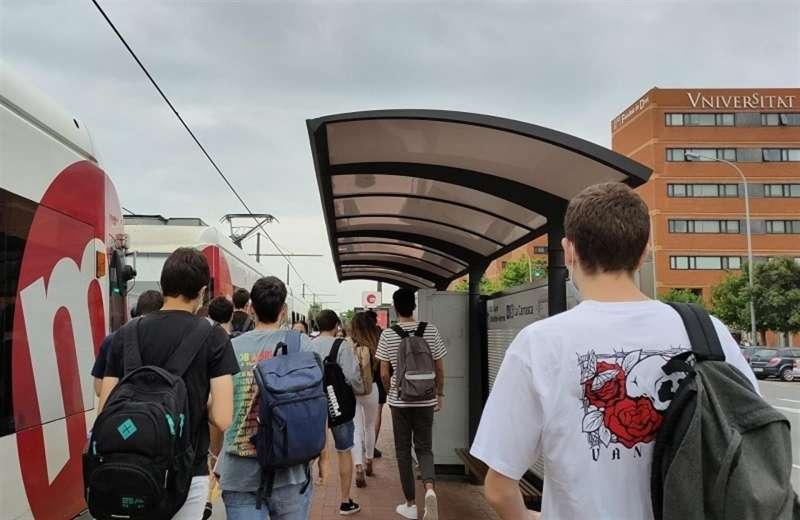 Varios estudiantes utilizan el tranvía para asistir a la PAU en una imagen cedida por la Generalitat. EFE