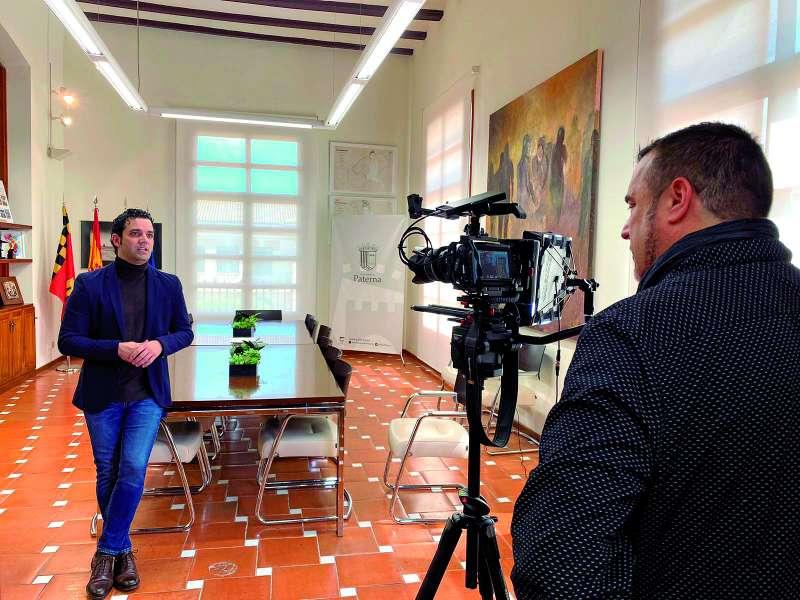 El alcalde de Paterna, Juan Antonio Sagredo, en la grabación de un mensaje a la ciudadanía de Paterna. EPDA