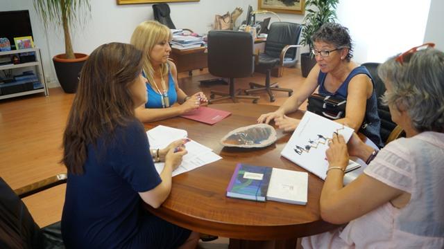 Reunión de Mora con el col.lectiu obertament. FOTO: DIVAL