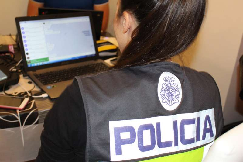 Fotografía facilitada por la Policía Nacional de una agente del cuerpo.