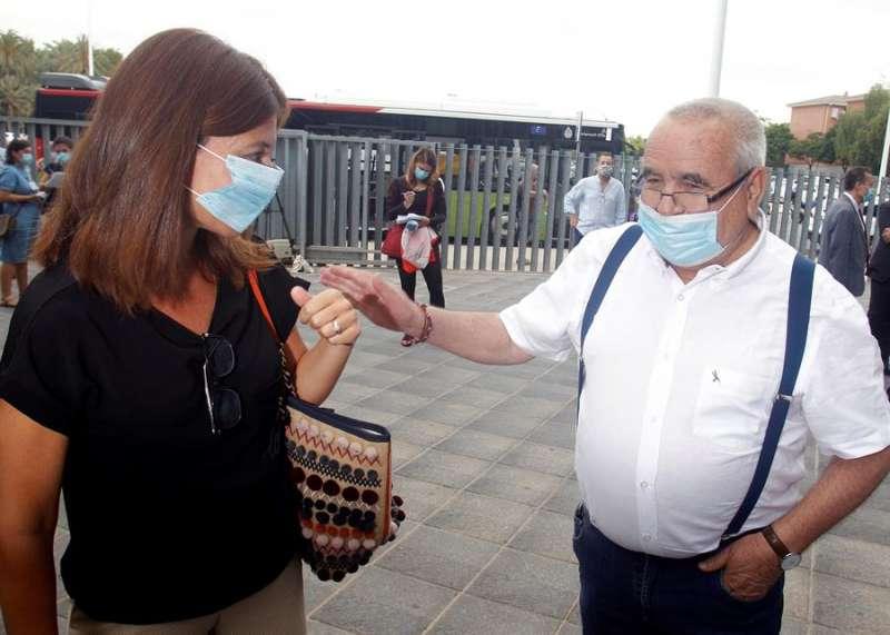 El empresario Ángel Fenoll saluda a la exalcaldesa Mónica Lorente tras conocer la sentencia absolutoria contra ellos y otros 32 encausados en una presunta trama de corrupción empresarial en torno a la contrata de basuras de Orihuela. EFE/MORELL