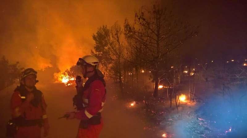 Lo escarpado del terreno evita que se pueda controlar el incendio. EPDA.