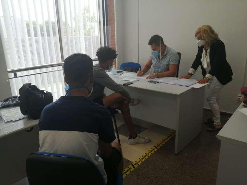 Alumnos realizando la solicitud de admisión. / EPDA