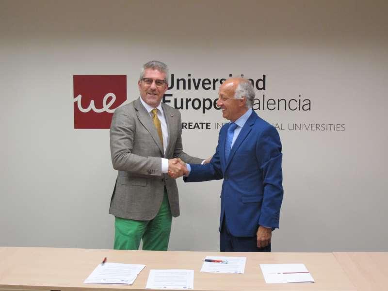 El Rector de la UEV y el Presidente de la Asociación de Empresas promotoras de la Provincia de Valencia ratificando el convenio