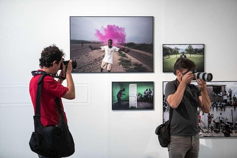 Varios fotógrafos toman imágenes durante la presentación de la exposición World Press Photo 2019, en la Fundación Chirivella Soriano de València. EFE/Biel Aliño