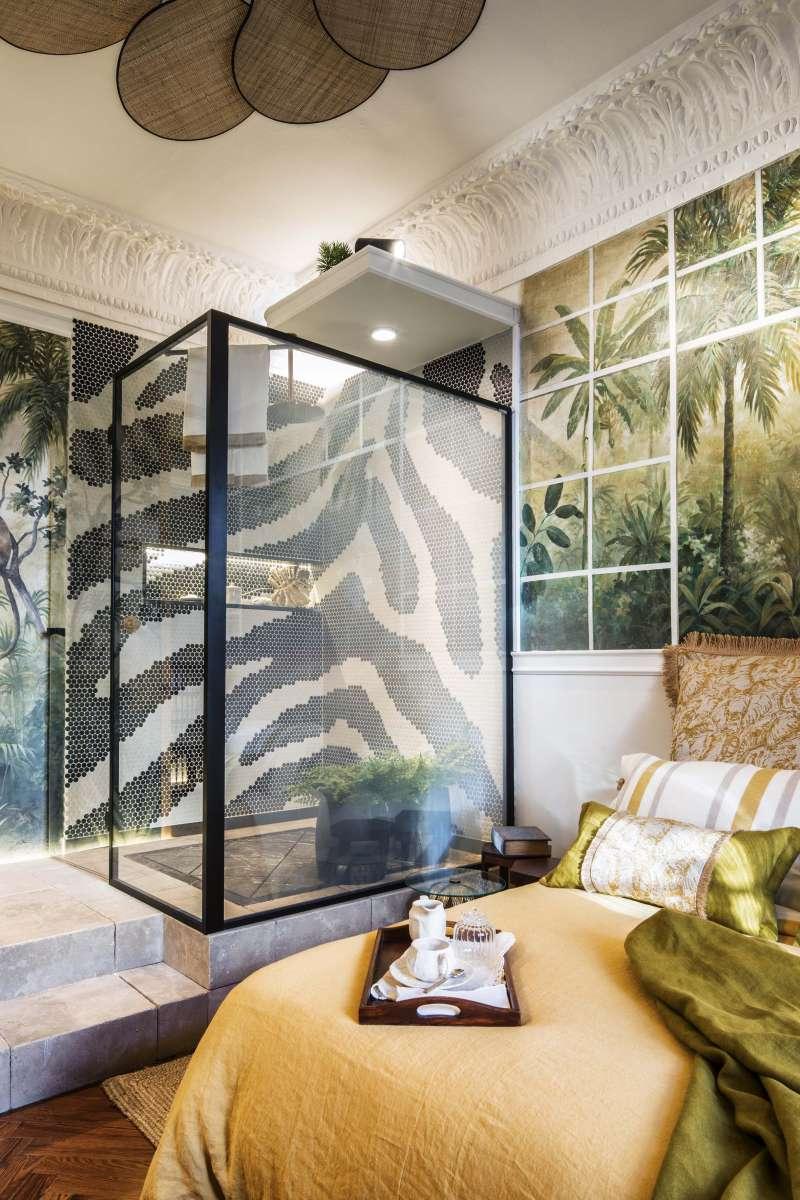 Dormitorio con baño MIAPETRA y mampara PROFILTEK diseñado por la interiorista Blanca Hevia. LUIS HEVIA