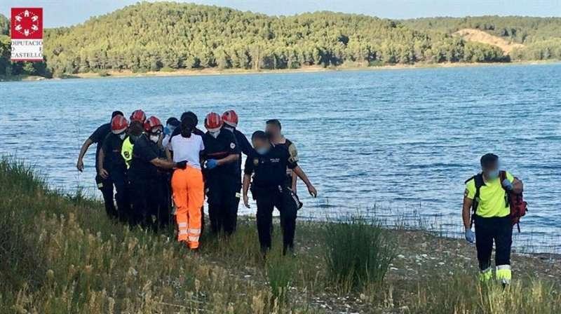 El momento en el que la menor es trasladada a una ambulancia tras ser sacada del agua. EFE