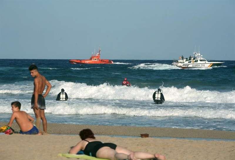 Varias embarcaciones y submarinistas participan en el dispositivo de búsqueda de una persona desaparecida en el agua en una imagen de archivo. EFE