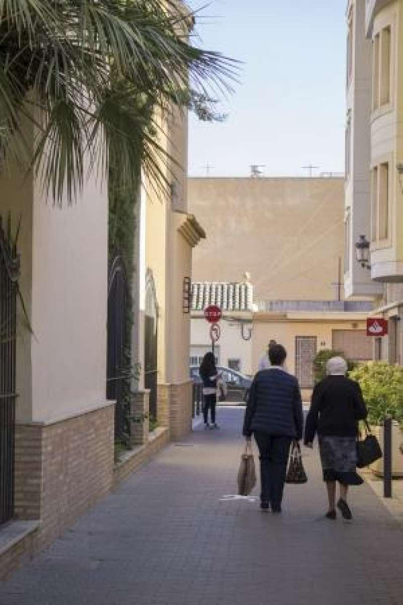 Dos ciudadanas pasean por l