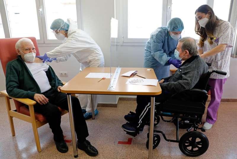 Residentes de un centro de día de Valencia recibiendo la vacuna contra la Covid-19.