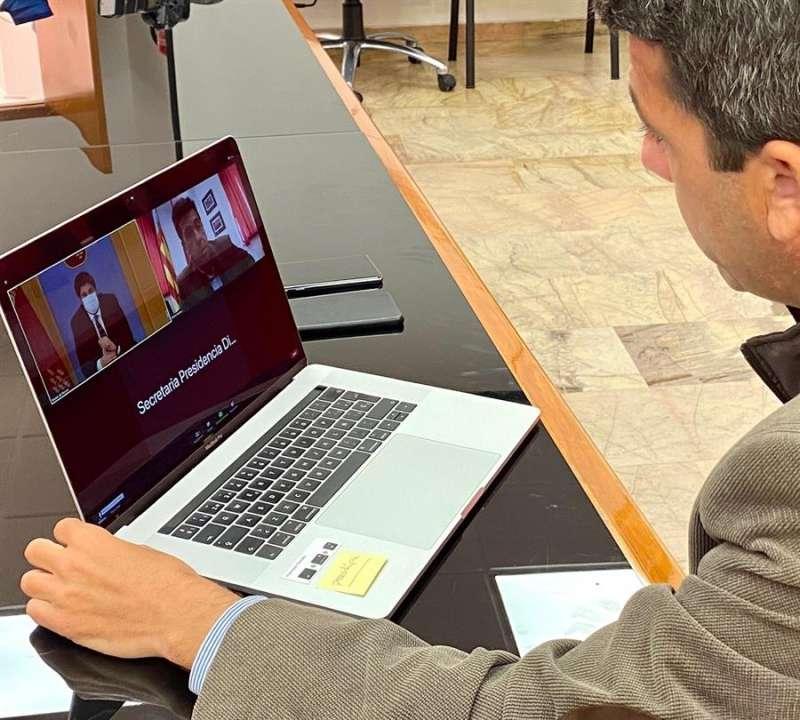El presidente de la Diputación de Alicante, Carlos Mazón, y el presidente de la Región de Murcia, Fernando López Miras, ambos del PP, se han reunido hoy telemáticamente. EFE
