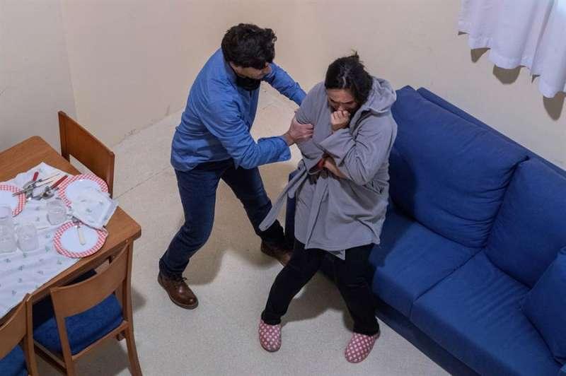 Recreación por parte de la Policía de un caso práctico de violencia machista, durante unas prácticas. EFE