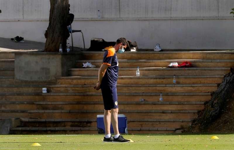 El técnico del Valencia CF, Javi Gracia, en un momento de un entrenamiento en la ciudad deportiva del club en Paterna.