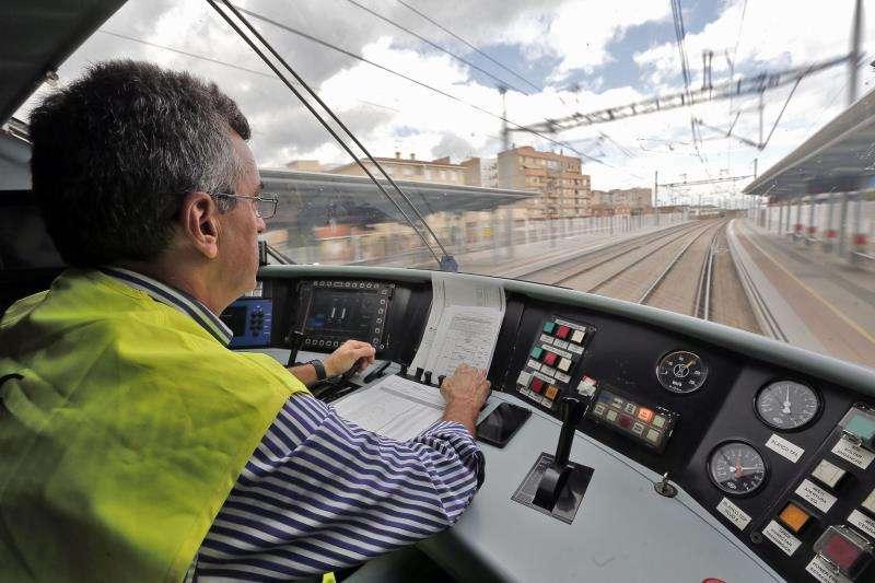 Ábalos confía en que el Corredor Mediterráneo Algeciras-Francia estará listo en 2021. En la imagen, vista desde la cabina del maquinista durante el recorrido de un tren de última generación. EFE/Archivo
