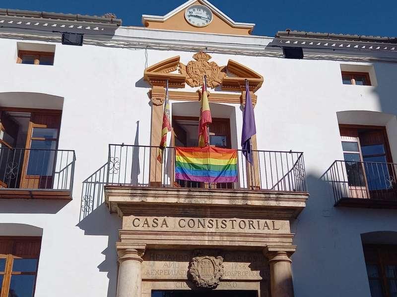 Fachada del ayuntamiento de Utiel con la bandera LGTBI