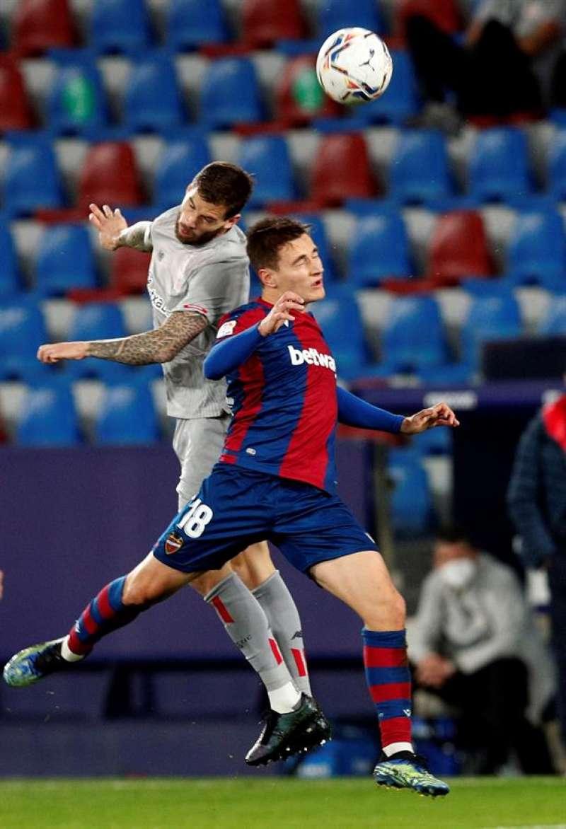 El centrocampista del Levante Jorge de Frutos (d) salta por el balón con Íñigo Martínez, del Athlétic de Bilbao, durante el partido de la jornada 25 de Liga en Primera División en el estadio Ciutat de Valencia. EFE/Archivo
