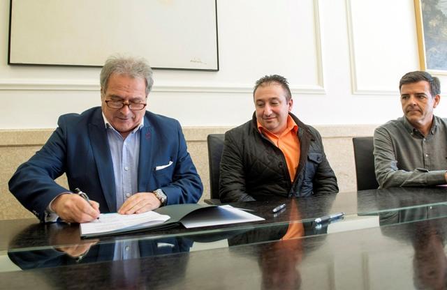 Rus firmando el convenio. FOTO: DIVAL