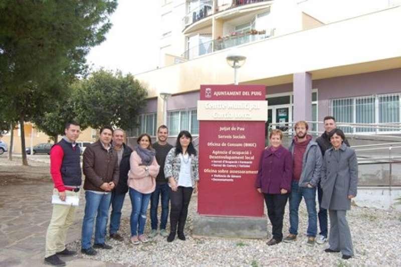 Miembros del equipo de gobierno ante el inmueble donde se ubica la oficina. EPDA