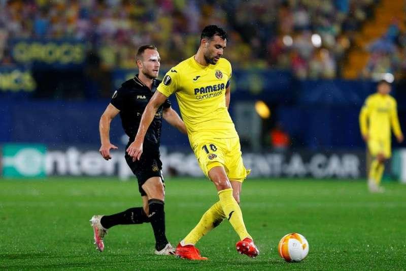 El centrocampista del Villarreal Vicente Iborra (d) golpea el balón ante el jugador del Maccabi Dan Glazer. EFE