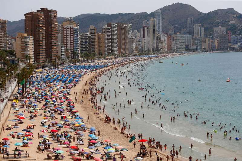 Cientos de turistas disfrutan de la playa de Levante de Benidorm. EFE/ Manuel Lorenzo