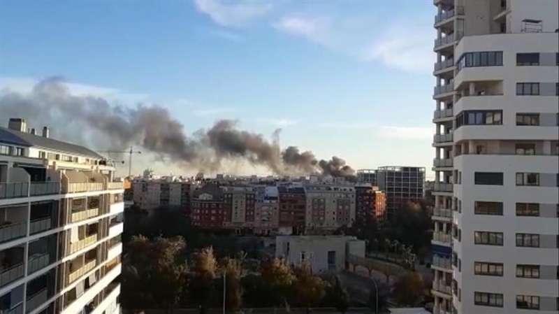 Columna de humo generada por el fuego, en una imagen facilitada a EFE.