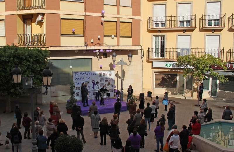 Acto frente al Ayuntamiento para mostrar el rechazo a la violencia de género. / EPDA