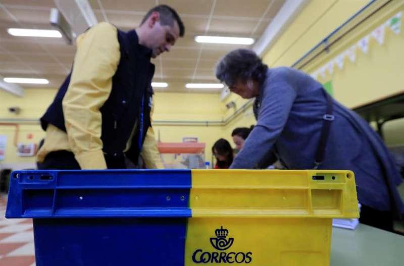 Un funcionario de Correos hace entrega de correo. EFE/Archivo