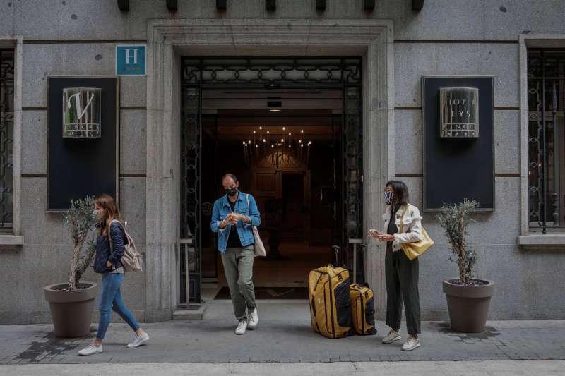 Varias personas salen de un hotel de Valencia