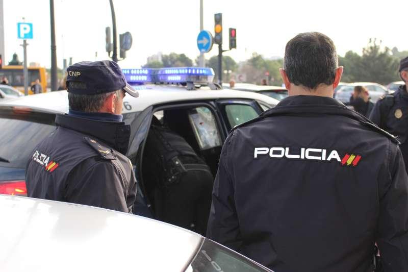 Patrulla de la Policía Nacional durante la detención.