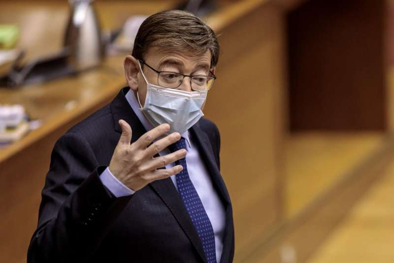 El president de la Generalitat, Ximo Puig, responde en el pleno de Les Corts Valencianes.