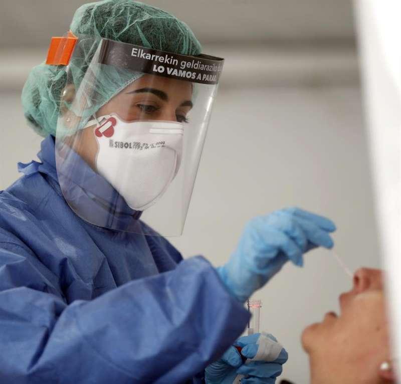 Una enfermera en el hospital bilbaíno de Basurto. EFE/LUIS TEJIDO./Archivo