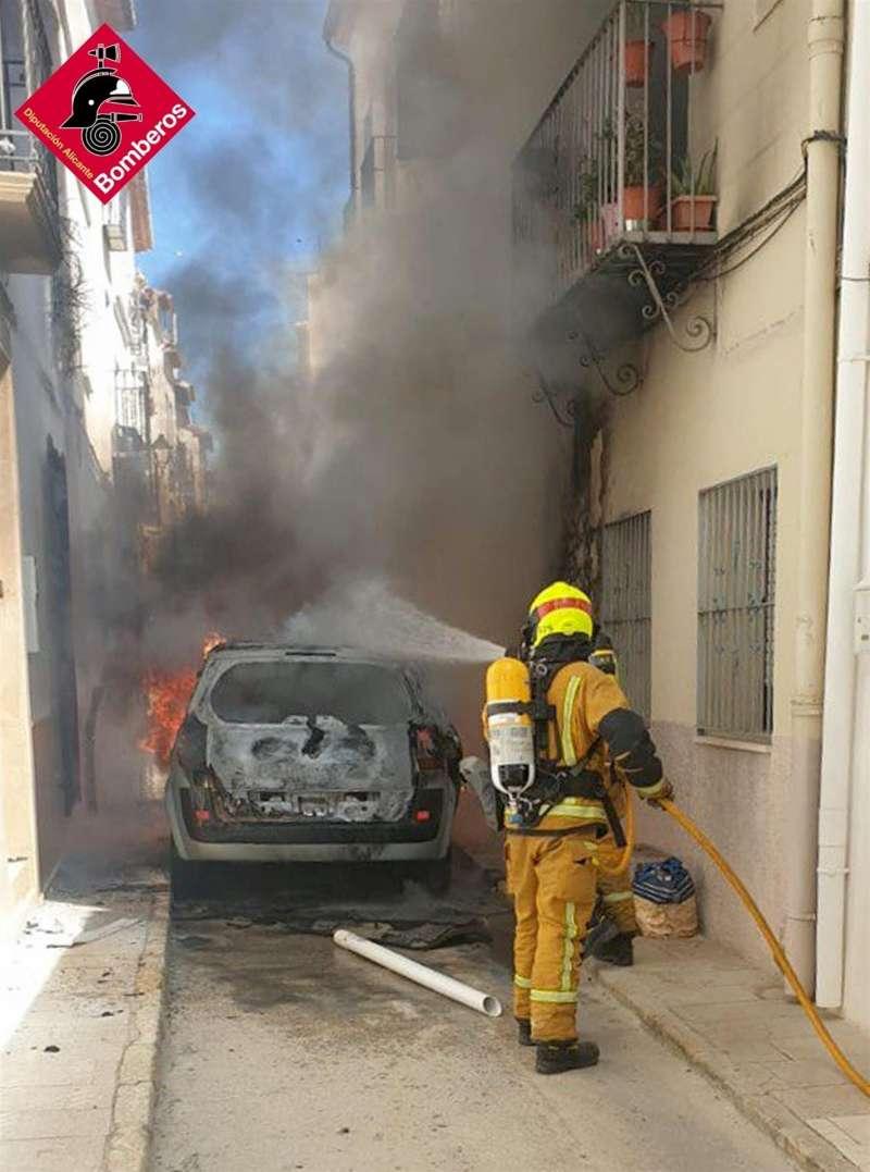 Foto cedida por el Consorcio Provincial de Bomberos del incendio de un coche en una calle estrecha de Benissa.