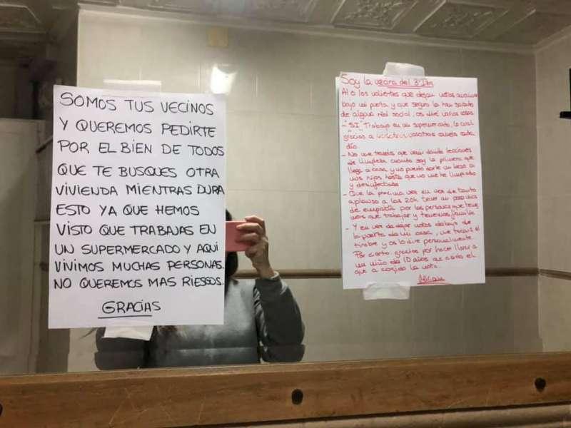 La nota recibida por sus vecinos, junto a la nota en la que Miriam les ha respondido.