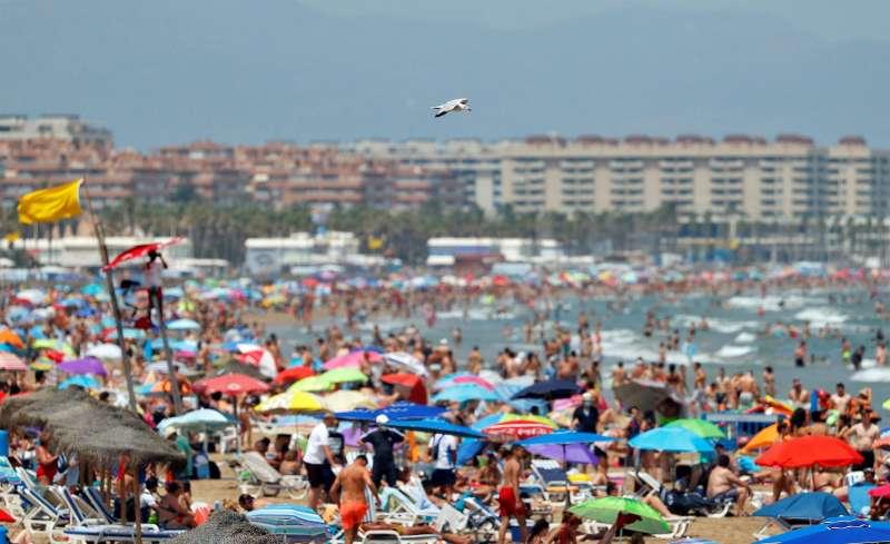 Bañistas en una playa valenciana este sábado. EFE/Manuel Bruque