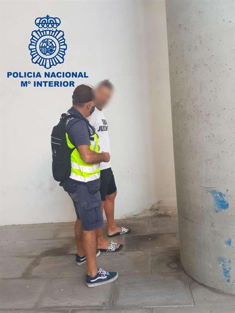 Momento de la detención del fugitivo, en una imagen facilitada por la Policía. / EFE