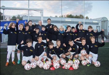 Escuela del Mislata Unión de Fútbol junto al futbolista Jonas Gonçalves. FOTO: EPDA.