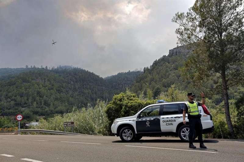 Un guardia civil presta servicio en una zona de montaña. EFE