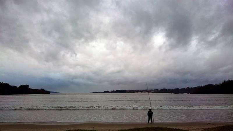 En la imagen, un pescador en la playa. EFE/Cabalar/Archivo