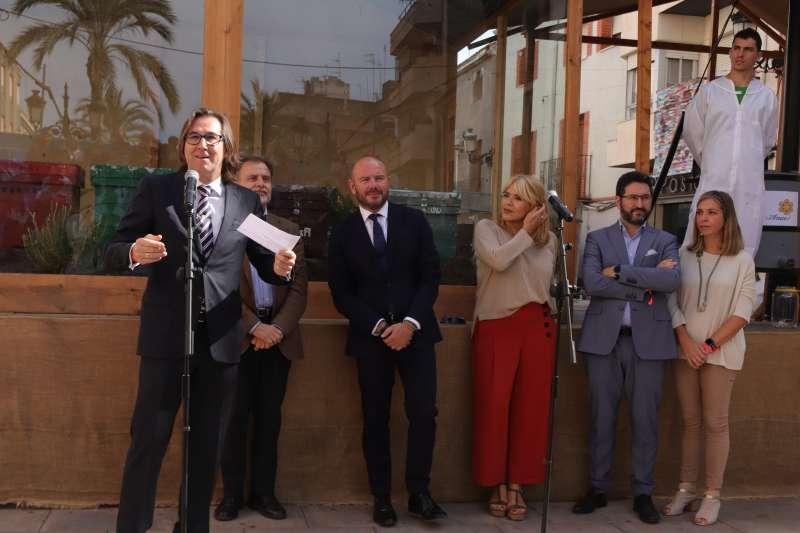 El alcalde de Ayora se dirige a los vecinos del municipio en la inauguración. EPDA