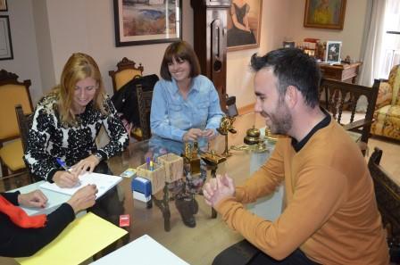 Marco, acompañada de los también candidatos Rafa Simó y Mari Carmen Ribera, firman en la notaría su renuncia al cargo en caso de ser imputados en un caso de corrupción.