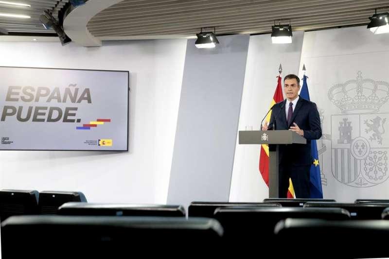 El presidente del Gobierno, Pedro Sánchez, da una rueda de prensa en el Palacio de La Moncloa, en Madrid, este viernes. EFE/Pool Moncoa/José María Cuadrado