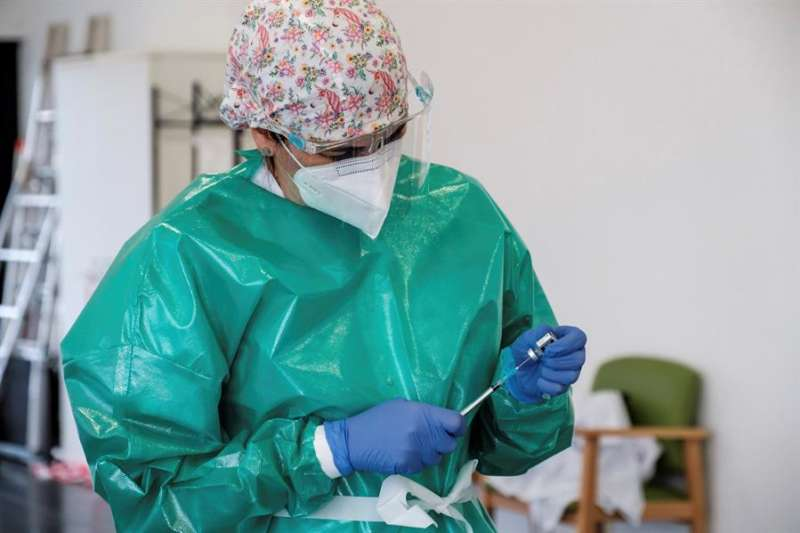 Una persona prepara una dosis de una vacuna contra la covid-19. EFE/Archivo
