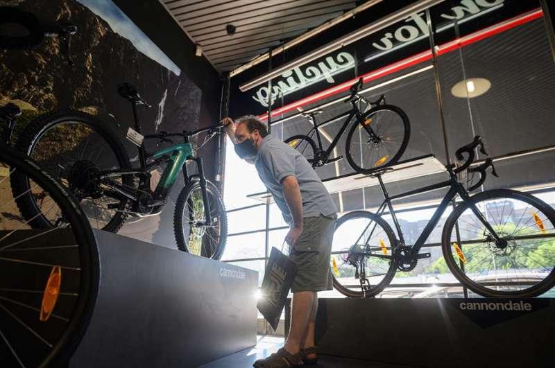 Una persona mira una bicicleta en un comercio. EFE