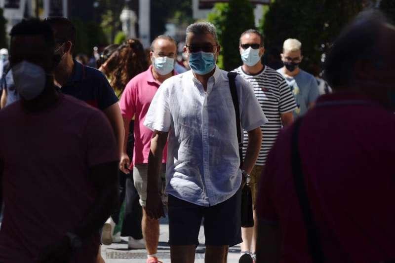 Gente paseando con mascarilla. EFE