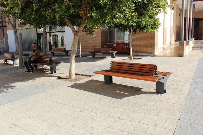 Nuevos bancos en la plaza Mayor de Almàssera. EPDA