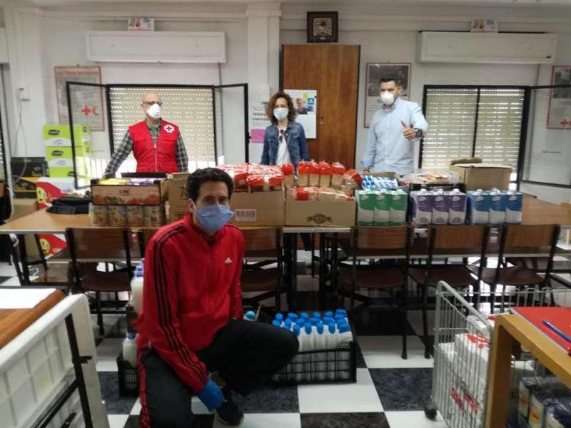 Los concejales del PP junto al presidente de Cruz Roja, en su local social. EPDA