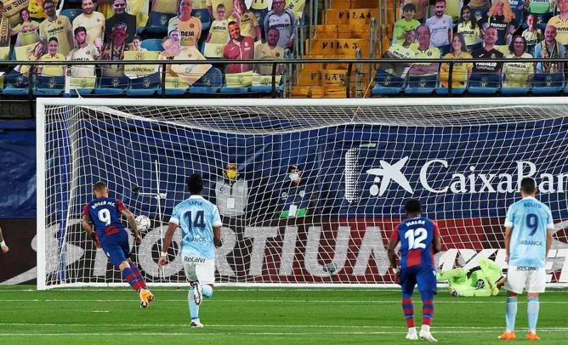 El delantero del Levante, Roger, tras conseguir desde el punto de penalti el gol del equipo levantinista frente al Celta de Vigo. EFE