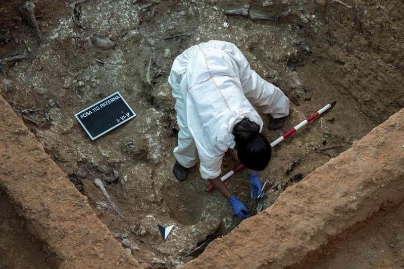 Imagen de archivo de trabajos de exhumación en la fosa 113 de Paterna. EFE